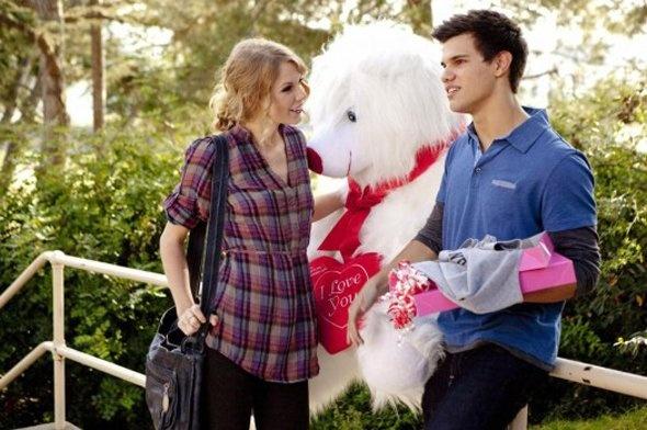 Couple s'offre cadeaux st valentin