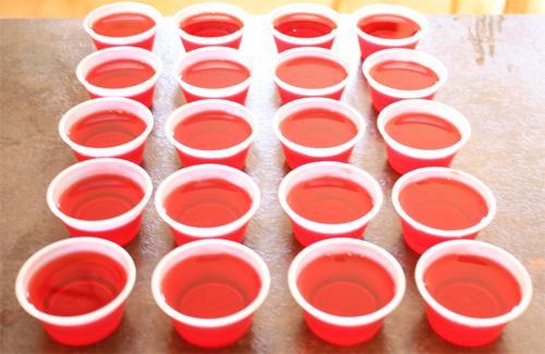 le jello shots dentro i bicchierini di plastica