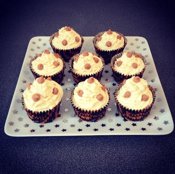 Deliziosi i cupcakes al cioccolato bianco e glassa di mascarpone