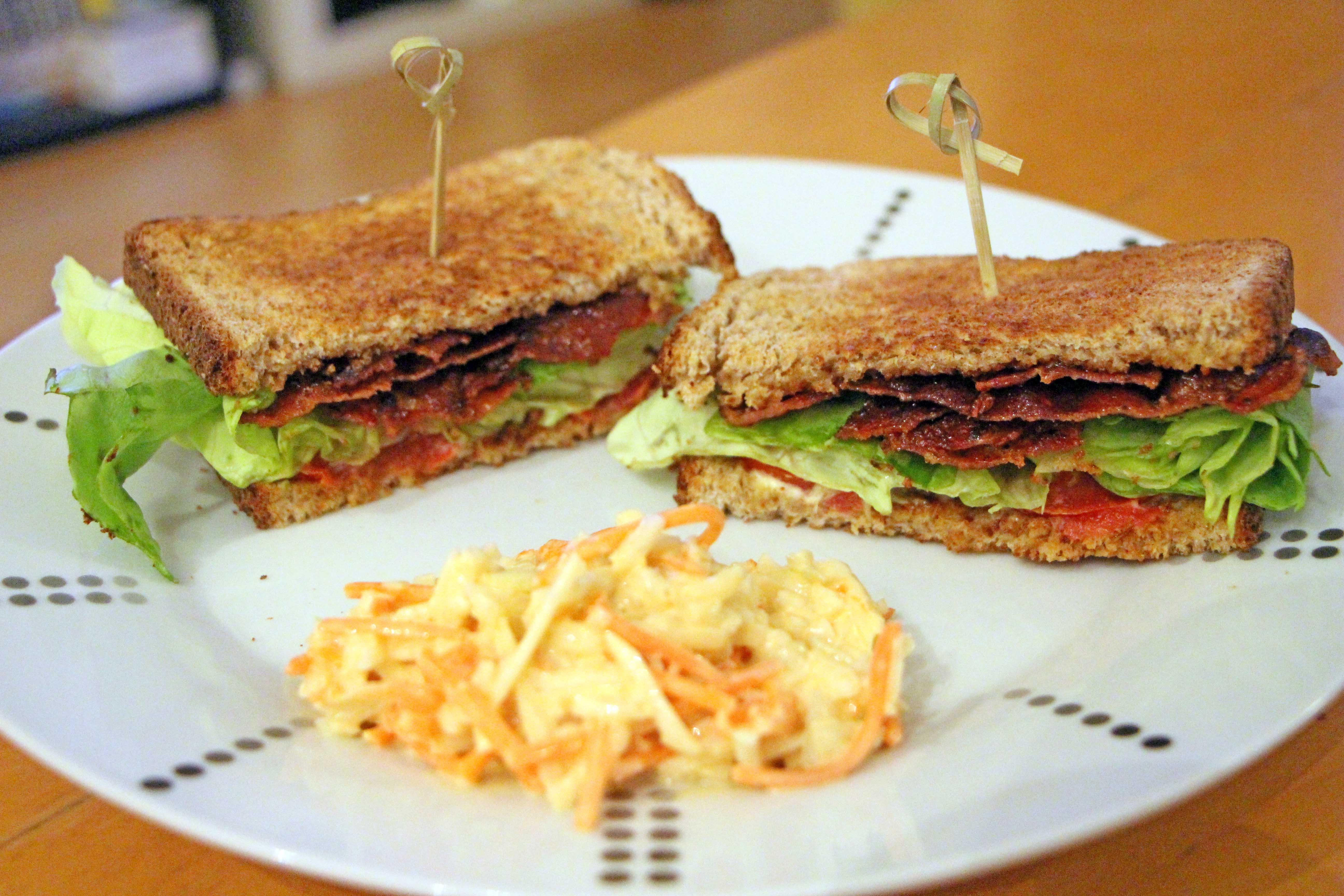 Preparare sandwich club americano al bacon lattuga e pomodoro